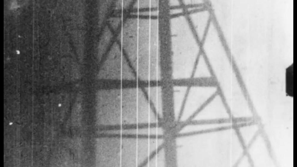 pylône électrique avec du grain puisque filmé avec une caméra argentique