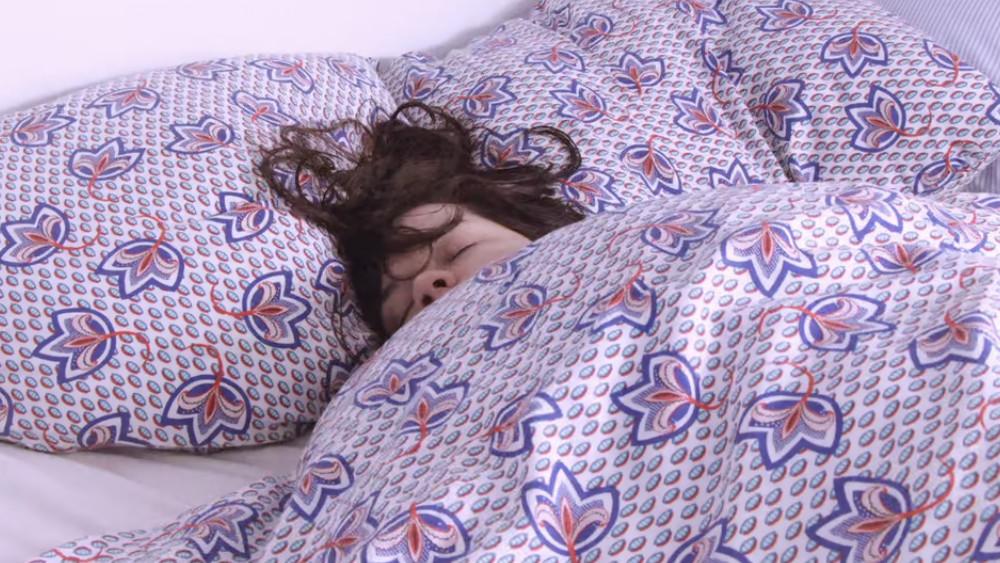 femme remonte dans son lit telle la marée qui monte